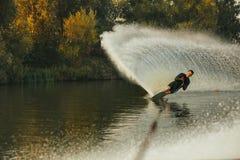 Wakeboarder en la acción en el lago Fotografía de archivo