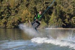 Wakeboarder joven que realiza trucos Fotografía de archivo