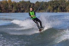 Wakeboarder joven que realiza trucos Fotografía de archivo libre de regalías