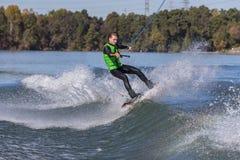 Wakeboarder joven que realiza trucos Foto de archivo libre de regalías