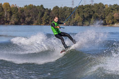 Wakeboarder joven que realiza trucos Imagenes de archivo
