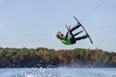 Wakeboarder joven que realiza trucos Imágenes de archivo libres de regalías