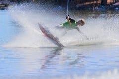 Wakeboarder joven que realiza trucos Imagen de archivo