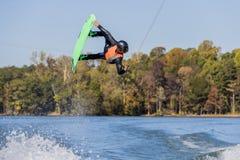 Wakeboarder joven que realiza trucos Fotos de archivo libres de regalías