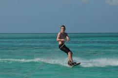 Wakeboarder na Tropikalnym Nawadnia Aruba Obraz Stock