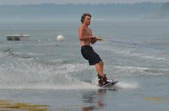 Wakeboarder que crea mucho espray en la bahía Maine de Casco Fotografía de archivo libre de regalías