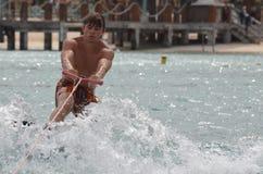 Wakeboarder que es levantado en un Wakeboard en Aruba Fotografía de archivo