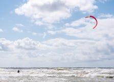 Wakeboarder que faz truques em ondas fotos de stock royalty free