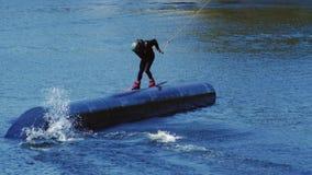Wakeboarder que surfa ao longo do projétil desportivo no movimento lento Estilo de vida saudável video estoque