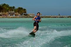Wakeboarder que talla y que gira un Wakeboard en Aruba Fotos de archivo