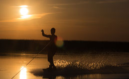 Wakeboarder robi sztuczkom na zmierzchu Fotografia Royalty Free
