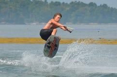 Wakeboarder som fångar luft royaltyfria bilder
