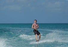 Wakeboarder sonriente en las aguas apagado de Aruba Fotografía de archivo libre de regalías
