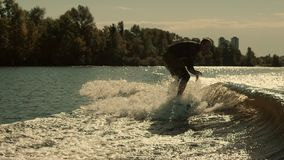 Wakeboarder spada w wodzie Surfingowiec spada w zwolnionym tempie Mężczyzna kilwateru surfing zbiory wideo