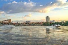 Wakeboarder sul wakeboard che va per la barca indietro all'argine di Kyiv Obolon Vista da acqua di Dniep immagini stock libere da diritti