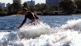 Wakeboarder surfuje na pokładzie fala na Krańcowy nadwodny sport zdjęcie wideo
