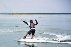 Wakeboarder zeigt extremen Trick Lizenzfreies Stockfoto