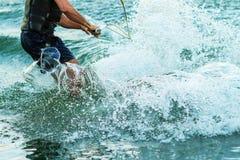 Wakeboarderidrottsmanbanhoppningen med rotation i kabeln parkerar, sport- och aktivlivsstilen royaltyfria bilder