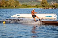 wakeboarding在缆绳苏醒公园Merkur的车手 免版税库存图片