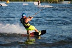 wakeboarding在缆绳苏醒公园Merkur的车手 免版税库存照片