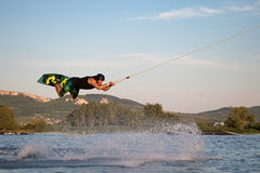 wakeboarding在缆绳苏醒公园Merkur的车手 库存照片