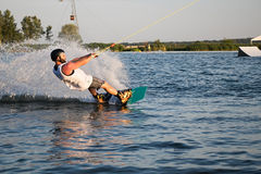 wakeboarding在缆绳苏醒公园Merkur的车手 库存图片