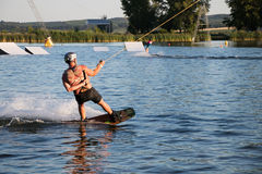 wakeboarding在缆绳苏醒公园Merkur的车手 图库摄影