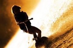 wakeboarding女孩的剪影 免版税库存图片