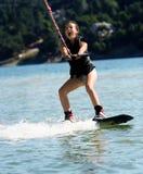 wakeboarding的女孩 免版税库存图片