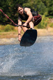 wakeboarding的男孩 免版税库存图片
