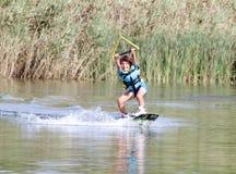 wakeboarding年轻的男孩 库存图片