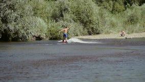 Wakeboarding en el río almacen de video