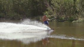 Wakeboarding en el río con la cámara de la acción almacen de video