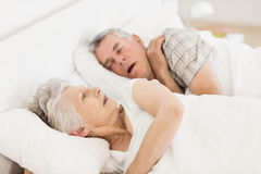 Wakkere hogere vrouw in bed royalty-vrije stock fotografie