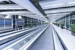 Waklway mobile dans le terminal d'aéroport Images stock