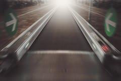 Waklway mobile dans le terminal d'aéroport, concept de voyage Photo stock