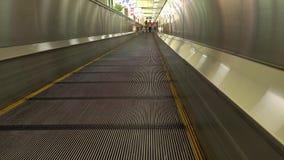 Waklway movente no terminal de aeroporto vídeos de arquivo