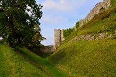Wal και τάφρος Carisbrooke Castle στο Νιούπορτ, Isle of Wight, Αγγλία Στοκ εικόνα με δικαίωμα ελεύθερης χρήσης
