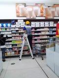 Wal-Mart anställda i att vara hyllor Royaltyfria Foton