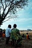 Walarano村庄,Malekula海岛/瓦努阿图- 2016年7月9日:观看足球比赛的当地村民人民在期间 免版税库存图片