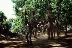 Walarano by, Malekula ö/Vanuatu - 9 JULI 2016: lokal stam- man som trummar och dansar under en byberöm arkivfoton
