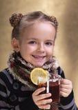Walcząca grypa z tradycyjnymi przepisami ładna gorąca herbata fotografia royalty free