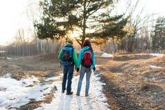 Wald der Paare im Frühjahr wandern Lizenzfreies Stockfoto
