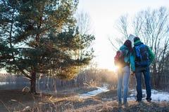 Wald der Paare im Frühjahr wandern Lizenzfreie Stockfotos