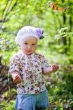 Wald des kleinen Mädchens im Frühjahr Lizenzfreies Stockfoto