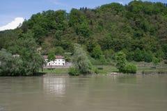 Wald, im Vordergrund ein Fluss Stockfotografie