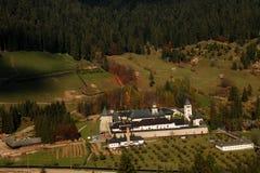 Wald und Kloster lizenzfreie stockfotos