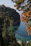 Wald und Schloss um Valtos setzen in Parga auf den Strand Lizenzfreie Stockfotografie