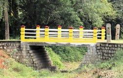 Waldbrücke und ein trockener Fluss Lizenzfreies Stockfoto