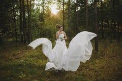 Waldfeenhaftes schönes Mädchen im Weiß Stockfotos